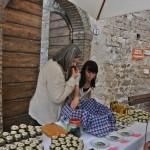 Il sindaco di Vallo di Nera Benedetti mentre degusta prodotti durante l'evento Fior di Cacio