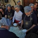 Massimo D'Alema a servire la maxi ricotta-2