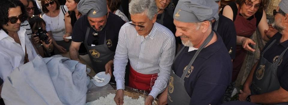 Massimo D'Alema a servire la maxi ricotta-1